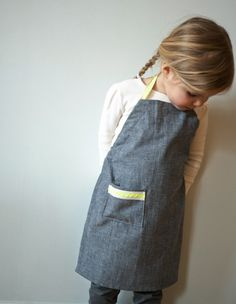 Messy little cook? Save your kid's clothing with this simple kid's apron by The Purl Bee.- Sewtorial
