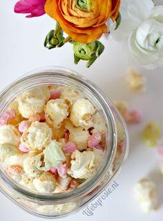 Lekker voor Pasen deze Paas Popcorn met witte chocolade en pastelkleurig snoepgoed. Het recept staat op mijn blog! :)