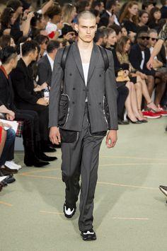 Bolsos em tamanho maxi foram incorporados aos blazers e calças de alfaiataria na Givenchy - Verão 2017/18 #Paris #PFW #menswear #catwalk #alfaiataria #tailoring #summer #FocusTextil