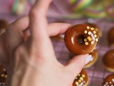 Salted Caramel Donitsit (Uunissa paistetut) on erittäin herkullisia pieniä donitseja, jotka paistuvat kätevästi ja nopeasti uunissa donitsipellillä.