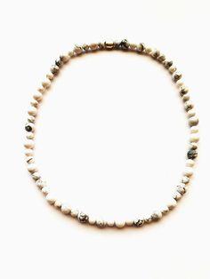 ESK 1002 - Halskette aus Howlithperlen 8mm und 6mm. Die Länge beträgt ca. 48cm. Sie ist handgefädelt auf Elastikband und schließt mit einer silberfarbenen Metallperle. Unikat! Dem mattweißen oder blauen Howlith eine beruhigende, schlaffördernde, aber auch entschlackende und entgiftende Wirkung zugeschrieben. Band, Bracelets, Jewelry, Design, Fashion, Semi Precious Beads, Silver, Moda, Sash