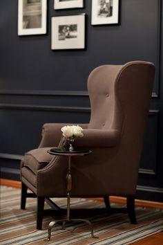 маленький столик возле кресла