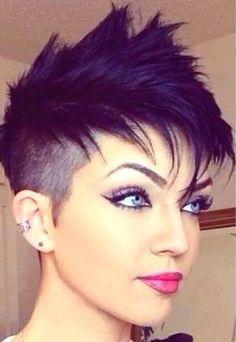 17 coiffures courtes extrêmement belle - Coupe Courte Femme Undercut Pixie Cut, Short Hair Mohawk, Pixie Mohawk, Girl Mohawk, Short Haircut, Punk Pixie Haircut, Undercut Women, Short Punk Hair, Shaved Pixie Cut