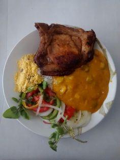Almoço de sábado: caruru, bisteca suína assada, salada de agrião tomate e pepino e a farofa de bacon. Produção de Yêda Maria.