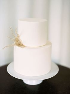 Choose your wedding cake decorations from these inspirational ideas: from classical flowers to candles, crystals and jewelry. Black Wedding Cakes, Beautiful Wedding Cakes, Wedding Cake Simple, Purple Wedding, Gold Wedding, Floral Wedding, Wedding Ring, Wedding Cake Centerpieces, Wedding Decorations