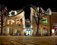 Krzywy Domek o Casa Torcida, construída por Szotyński y Zaleski en el 2004, en la Calle Bohaterów-Monte-Cassino N° 53, Sopot - Polonia.