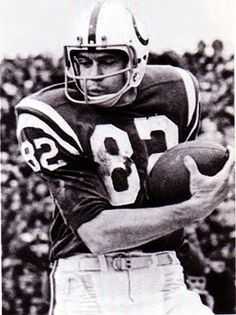 Raymond Berry WR- Baltimore Colts - enshrined 1973 If it was thrown in his zip code he caught it. Football Photos, Nfl Football, American Football, Football Helmets, Football Players, Sports Photos, School Football, Nfl Hall Of Fame, Football Hall Of Fame