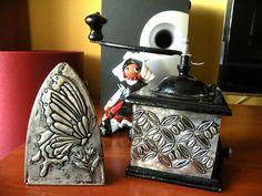 Repujado en estaño. Plancha y moledor de café antiguo costumizados.