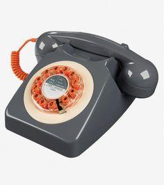 Le 746 est un téléphone anglais rétro et icônique des années 60. Lancé en 1967 par le bureau de poste général en réponse à la demande du public, il est aujourd'hui, le symbole universel du téléphone.