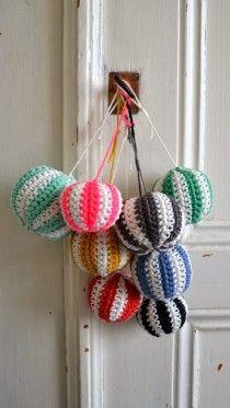 Kerstballen haken doe je zo! Heel eenvoudig eigenlijk ;-) Patroon van Ingthings #haken #haakpatroon #gratis #crochet #freepattern