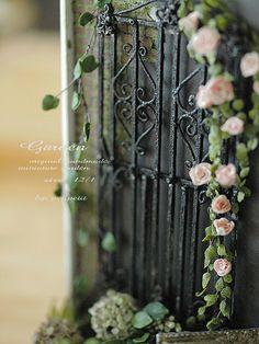 miniature*  アイアンフェンスと薔薇