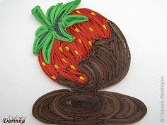 """Приветствую всех,кто не прошёл мимо. Сегодня я к вам с угощением-клубничкой....да не простой,а в шоколаде. С этой красотой хочу поучаствовать в квиллинг задании от Хомячка-""""Десерт"""" http://homyachok-scrap-challenge.blogspot.com/2012/07/8_30.html фото 1"""