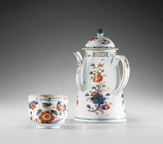 Chocolatière couverte et pot couvert en porcelaine Imari, Chine, Dynastie Qing, XVIIIe siècle. photo Sotheby's.  AN IMARI PORCELAIN EWER AND COVER WITH A POT AND COVER, CHINA, QING DYNASTY, 18TH CENTURY  chacun à décor de fleurs dans des branchages en bleu sous couverte, rouge de fer et rehauts d'or. Quantité: 4. La chocolatière :