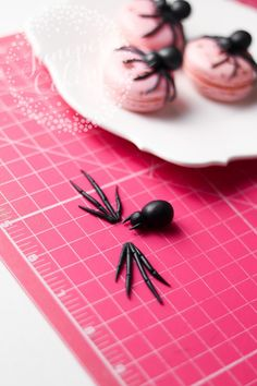 Super Creepy Yet Super Easy Fondant Spider Tutorial Get ready for a gruesome yet glam Halloween with our easy fondant spider tutorial! They're creepily realistic, but surprisingly easy to make! Halloween Clay, Halloween Baking, Halloween Food For Party, Halloween Desserts, Halloween Cupcakes, Halloween Treats, Halloween Fondant Cake, Fête Spider Man, Spider Cake