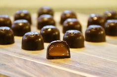 Fyldte chokolader med Baileys karamel – Det Glade Køkken Homemade Chocolate, Chocolate Recipes, Melting Chocolate, Hot Chocolate, Chocolates, Sweets Cake, Baileys, Chocolate Lovers, Recipes