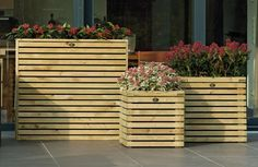 Met de nieuwe bloembakkenlijn 'Elan' van Hillhout kunt u naar hartelust combineren. Natuurlijk is iedere bloembak solitair toepasbaar maar juist drie identieke bakken naast elkaar geven elke tuin een luxe uitstraling. De zijkanten van de bloembakken zijn gemaakt van houten balkjes met ca. 1 cm tussenruimte wat een bijzonder stijlvol effect geeft. In de bloembak zit een zwarte binnenzak (antiworteldoek) om te voorkomen dat tuinaarde wegspoelt. Wood Pallets, Pallet Wood, Wooden Boxes, Pergola, Planters, Sweet Home, Outdoor Structures, Landscape, Crafts