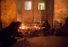 Tientallen fans van Leonard Cohen hebben bloemen neergelegd bij zijn huis in Montreal. Ook branden er kaarsjes ter nagedachtenis aan de vanochtend ...
