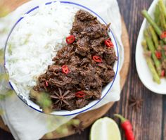 Indonesische rendang uit de slowcooker Indonesian rendang from the slow cooker. A delicious, easy recipe from the slow cooker. Serve rendang with rice and vegetables. Beef Rendang Slow Cooker, Food N, Food And Drink, Healthy Dishes, Healthy Recipes, Laos, Asian Recipes, Ethnic Recipes, Indonesian Food