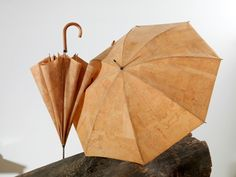 Cork umbrella, nothing is more impermeable ! Vegetarian Shoes, Cork Fabric, Home Gadgets, Pause, Household Items, Making Out, Vikings, Upcycle, Cool Stuff