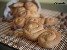 Paste al miele siciliane, profumati biscotti dalla forma a S, composti solo da miele e farina, con l'aggiunta di succo d'arancia e cannella per aromatizzare