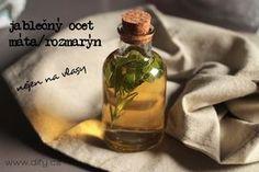 česky-Jablečný ocet s bylinkami na vlasy i do kosmetiky-Oproti míchání octu s esenciálním olejem to má tyhle výhody: můžete to nechat stát v lahvičce v koupelně jako hotový produkt. Nemusíte už prostě nic míchat a ani dlouze protřepávat v návaznosti na to první – neřešíme to, že se esenciální olej s octem moc dobře nesmísí je to opravdu levný. obzvlášť pokud při každém použití octa kapete esenciální olej.