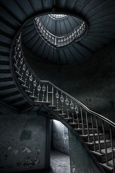 Beautiful spiral staircase in abandoned, decaying house. If I had money to build my own house I would have a spiral staircase and a hidden room :) Abandoned Buildings, Abandoned Mansions, Abandoned Places, Abandoned Castles, Abandoned Library, Haunted Places, Stairway To Heaven, Staircase Pictures, Mansion Homes