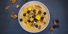 Lusikoitava paksumpi smoothie, johon voit käyttää myös ylikypsiä hedelmiä, tuo vaihtelua aamiaiseen ja välipalaan. Oatmeal, Mango, Breakfast, Food, The Oatmeal, Morning Coffee, Meals, Yemek, Rolled Oats
