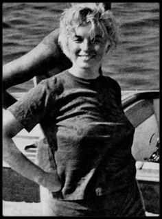 Rare, candid photo of a wind blown Marilyn Monroe on a boat. Young Marilyn Monroe, Marilyn Monroe Photos, Jfk And Marilyn, Marilyn Monroe Body, Actrices Hollywood, Norma Jeane, Jolie Photo, Rare Photos, Old Hollywood
