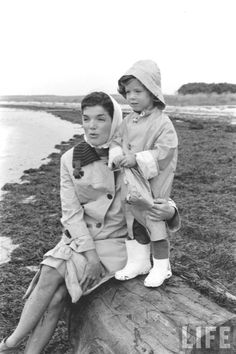 Jacqueline Kennedy and Caroline - a great series of photos by photographer Alfred Eisenstaedt (Time/Life Archives) ❤❤❤❤http://en.wikipedia.org/wiki/Jacqueline_Kennedy_Onassis  http://en.wikipedia.org/wiki/Caroline_Kennedy
