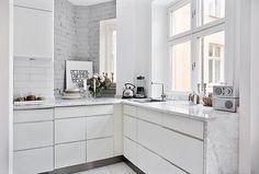 Another marble kitchen, a bouquet with hydrangea and the candleholder Vänskapsknuten from Svenskt tenn.