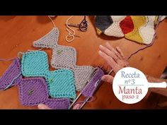 Tejer paso a paso una manta a rombos en lana de diferentes colores. Fácil de hacer y entretenida. Muy linda, para bebe, para el cochecito,para la cama. Crochet Bikini, Crochet Baby, Knit Crochet, Bargello, Crochet For Beginners, Knitted Blankets, Baby Knitting Patterns, Knitting Projects, Free Pattern