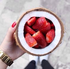 strawberries and coconut. Such a pretty party snack I Love Food, Good Food, Yummy Food, Delicious Snacks, Healthy Snacks, Healthy Recipes, Breakfast Healthy, Dinner Healthy, Happy Healthy