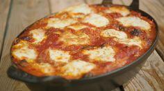 Puttanescasaus was in Italië vooral populair in de jaren zestig. De saus is dus een tikkeltje retro, maar heeft vooral heel veel smaak. Jeroengebruikt ze met cannelloni die hijopvult met ricotta en tonijn.