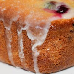 Lemon Blueberry Bread is a scrumptious bread that is full of sweet blueberries and tangy lemon flavors and is oh so easy to make! Banana Zucchini Muffins, Sweet Potato Muffins, Yummy Pasta Recipes, Bread Recipes, Cake Recipes, Triple Chocolate Muffins, Blueberry Bread Recipe, Strawberry Muffins, Butter Pecan