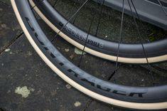 Bontrager Aeolus 3 Pro TLR carbonwielen. Niet te hoog, niet te laag, modern breed en scherpe prijs. Zie de volledige review op het blog! Bicycle Parts, Modern, Blog, Trendy Tree, Blogging