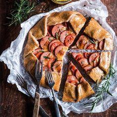 Astetta jännittävämpi galette syntyy makkarasta! Välissä hieman tomaattia ja juustoa 😋Ei muuta ku vähän sinappia päälle ja nam 🍴Ohje nyt blogissa! #makkaragalette #galette #makkara #hksininen #uunimakkara