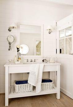 bano-rustico-en-blanco-con-mueble-de-bano-con-estante-inferior-y-espejo-de-pared 365843-o 1330x2000 443d7bec