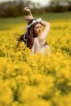 신부 : - Another! Yellow Photography, Girl Photography, Flower Feild, Rapeseed Field, Canola Field, Champs, White Rose Flower, Colors And Emotions, Field Of Dreams