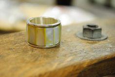 Aliança movel de madre-perola na cor ambar, encaixada em anel de prata esterlina (950) com bordas lisas e acabamento polido. Tamanho 22(USA size 9)