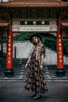 langes Kleid in Taiwan | Fashion Blog from Germany. Black printed midi dress+black ankle sandals+beige leather vest+black hat+sunglasses. Summer Casual Outfit 2017