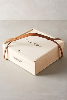 Dress your bday and holiday their personal gifts with these surprise wraps. Choose from candy, souvenir backpacks, bows, laces and ribbons and even more. Wood Packaging, Food Packaging Design, Wooden Gift Boxes, Wooden Gifts, Gift Wrapping Techniques, Pie Box, Packing Boxes, Gift Store, Branding