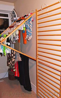 Baby gates into laundry drying racks. Now THIS is totally clever! (pinned to upcycled stuff and hh laundry boards) I think this would work SO well, perfect use of old baby gates, and with a minimum of effort. Great for small spaces Drying Rack Laundry, Clothes Drying Racks, Clothes Dryer, Hanging Clothes, Clothes Hanger Rack, Clothes Storage, Diy Wand, Mur Diy, Baby Gates