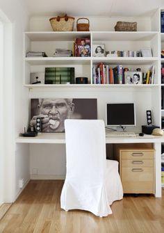 INNEBYGGET: Mellom en stue og en gang er det skapt rom for bokhyller og en… Office Inspo, Sewing Rooms, Decor Room, Home Office, Corner Desk, Living Room, Space, Interior, House