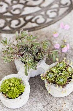 KLAR! Plantera några söta plantor i den fina betongkrukan.