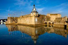 Concarneau. Érase un pueblo con un poco de miedo al mar. Por eso decidió levantar unas impresionantes murallas, hoy en desuso pero que le dan ese puntito histórico-épico que tan bien le queda a un pueblo bonico con rincones encantados como la plaza de Saint-Guénolé. Y para el cigarrito de después, el Château de Keriolet,