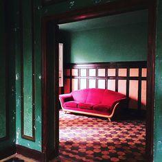 O espaço, um casarão de 1920, foi restaurado pra receber a moda de Ronaldo, convidados fixos como um café e uma pequena livraria e outras marcas de moda