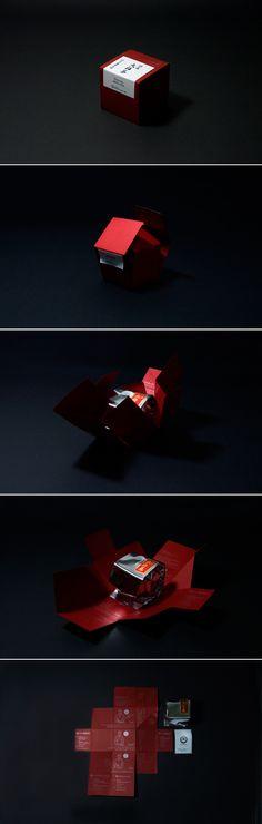 祇園辻利 お茶パッケージデザイン -  京都は祇園辻利のリニューアルブランディングプロジェクトの際、 リニューアルしたお茶パッケージデザイン。 一枚の紙から、折り紙のように箱形に展開されるパッケージ
