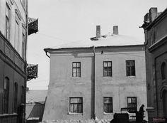 Lata 1939-1944 , Posterunek granatowej policji. Widok z ul. Radziwiłłowskiej dawnego pałacu Potockich. Po lewej kamienica Radziwiłłowska 1.