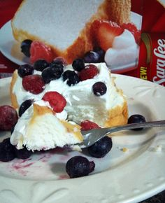 Sara Lee Angel Food Cake topped with whipped cream and berries from @Thrifty Mom's Reviews and More. Summer Dessert Recipes, Desert Recipes, Just Desserts, Welcome Summer, Tasty, Yummy Food, Angel Food Cake, Cake Toppings, Betty Crocker