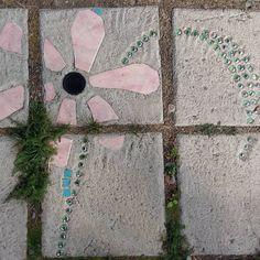 Betongplattor behöver inte bara vara gråa. Dom här gjorde vi till vårt lusthus för 10 år sedan med bland annat glaskulor,  flaskbottnar och kakelskärvor.  Vill du ha närmare instruktioner hittar du dem helt gratis på vår webb, sök efter betongplattor-lusthusgolvet. #strömsö #betongplattor #trädgård #lusthus #plattsättning